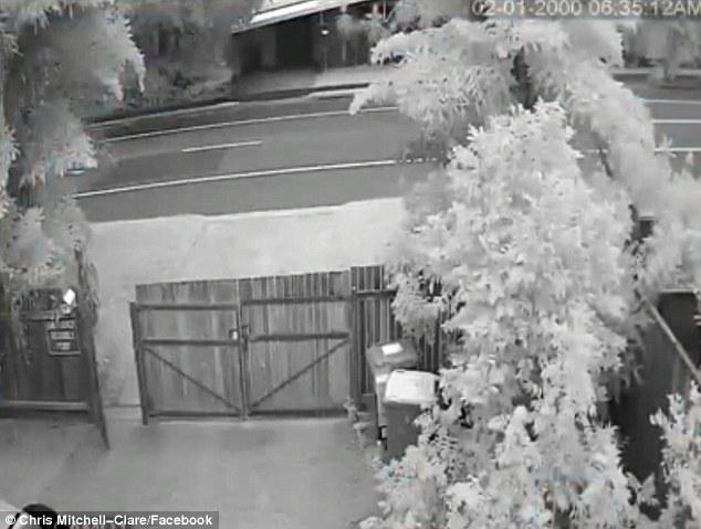 Clip bóng trắng hình đứa trẻ khiến cánh cổng đang đóng bỗng tự mở đầy rùng rợn - Ảnh 3.