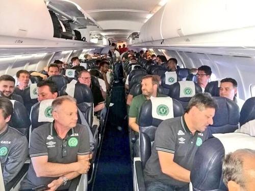 CẬP NHẬT: Máy bay chở 81 người, trong đó có 1 đội bóng Brazil rơi ở Colombia, ít nhất 25 người chết - Ảnh 4.