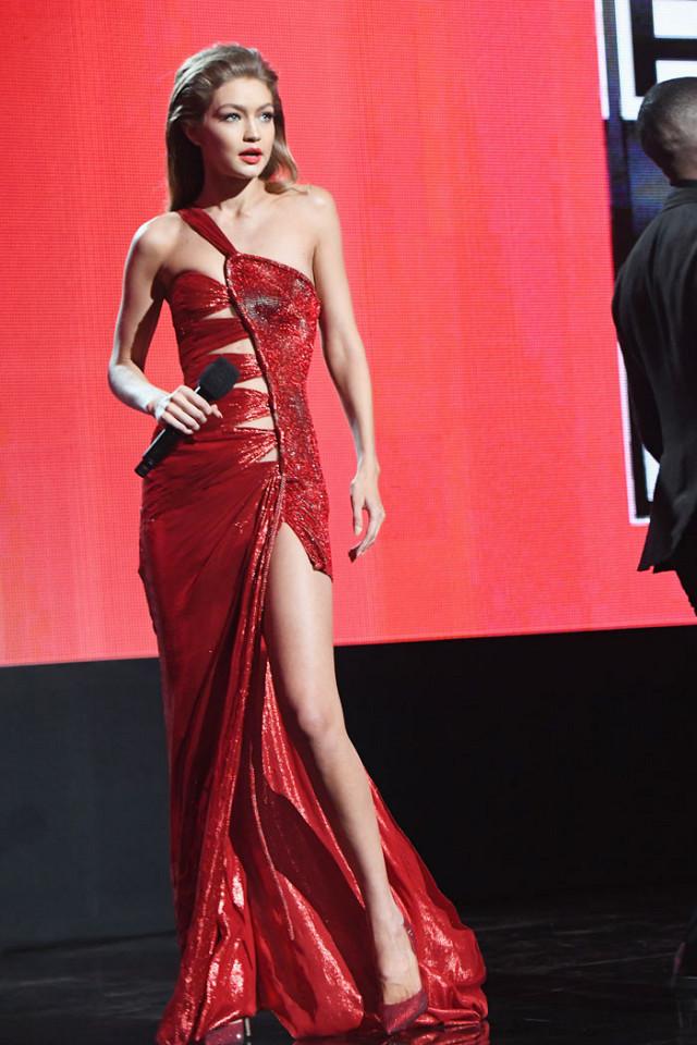 6 lần biến hóa lộng lẫy như nữ thần của Gigi Hadid ở AMA 2016 - Ảnh 6.