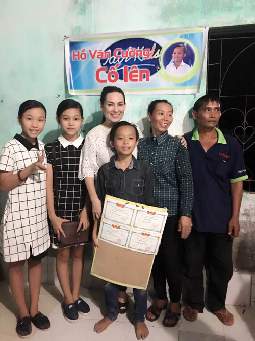 Người dân vây quanh, cùng nhau chúc mừng cậu bé nghèo <a target='_blank' href='http://www.phunuvagiadinh.vn/tag/ho-van-cuong'>Hồ Văn Cường</a> - Ảnh 2.