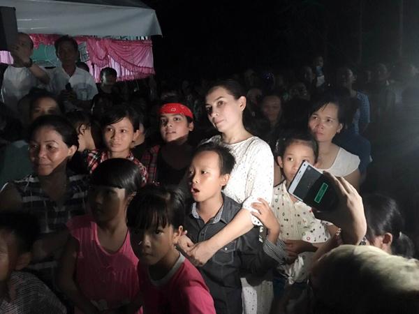 Người dân vây quanh, cùng nhau chúc mừng cậu bé nghèo Hồ Văn Cường - Ảnh 4.