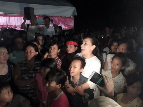 Người dân vây quanh, cùng nhau chúc mừng cậu bé nghèo Hồ Văn Cường - Ảnh 5.