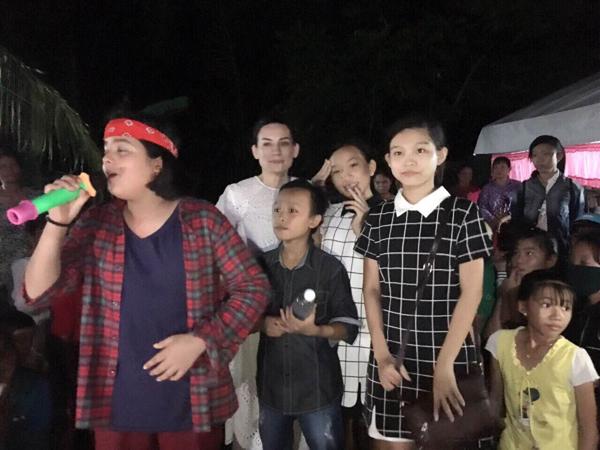 Người dân vây quanh, cùng nhau chúc mừng cậu bé nghèo Hồ Văn Cường - Ảnh 6.