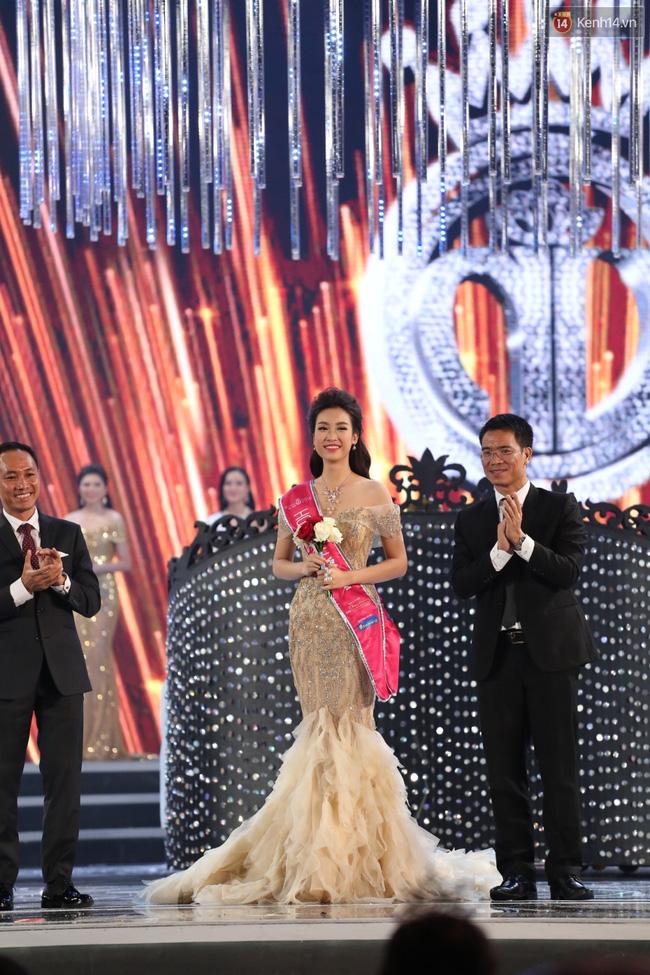 Vừa đăng quang, Hoa hậu Đỗ Mỹ Linh đã bị phát hiện mặc váy na ná Á hậu Huyền My - Ảnh 2.