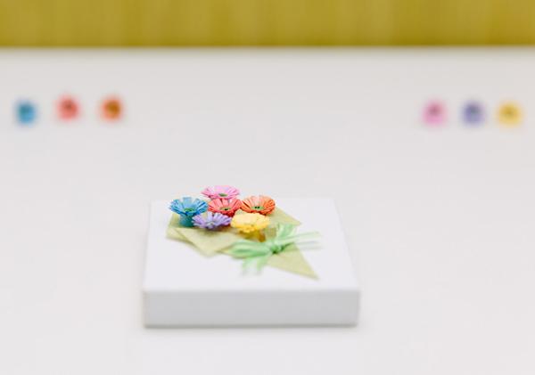 Nhặt nhạnh giấy màu làm bó hoa trang trí hộp quà siêu lãng mạn - Ảnh 11.