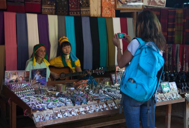 Vườn thú người: nơi những người phụ nữ cổ dài Myanmar làm đồ trưng bày cho khách du lịch Thái Lan - Ảnh 3.