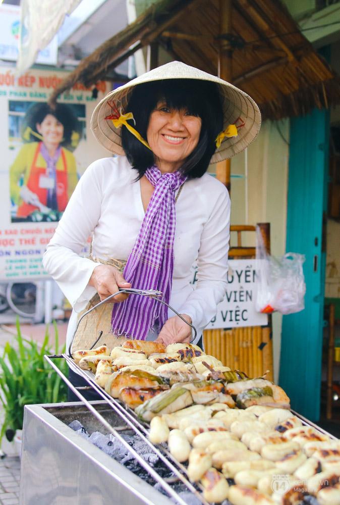 Lê la hè phố Sài Gòn, nhất định phải ăn chuối nếp nướng cô Út - Ảnh 8.