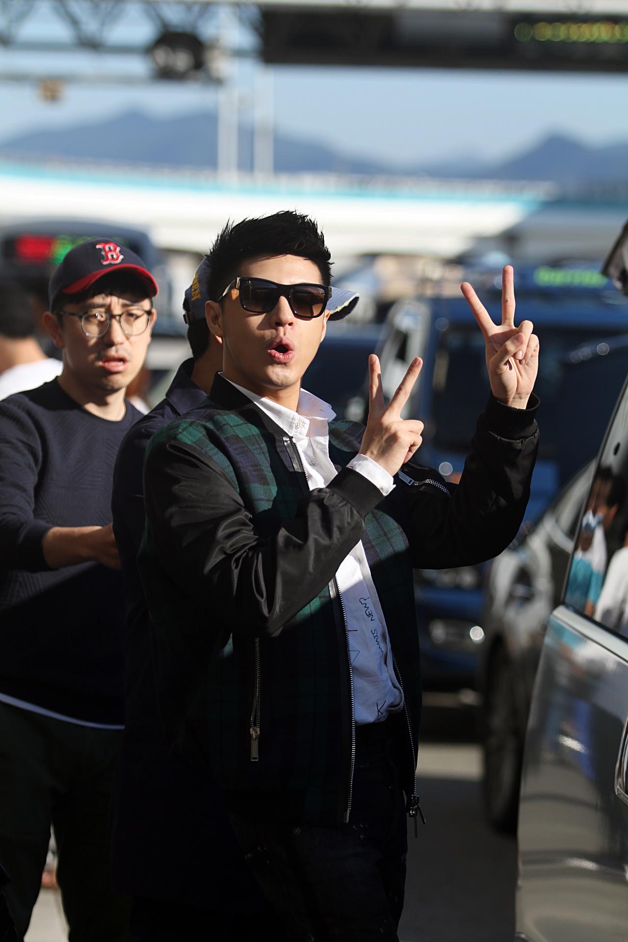 Mặc lịch trình dày đặc, Noo Phước Thịnh vẫn tươi rói khi đến Hàn Quốc sáng sớm nay!