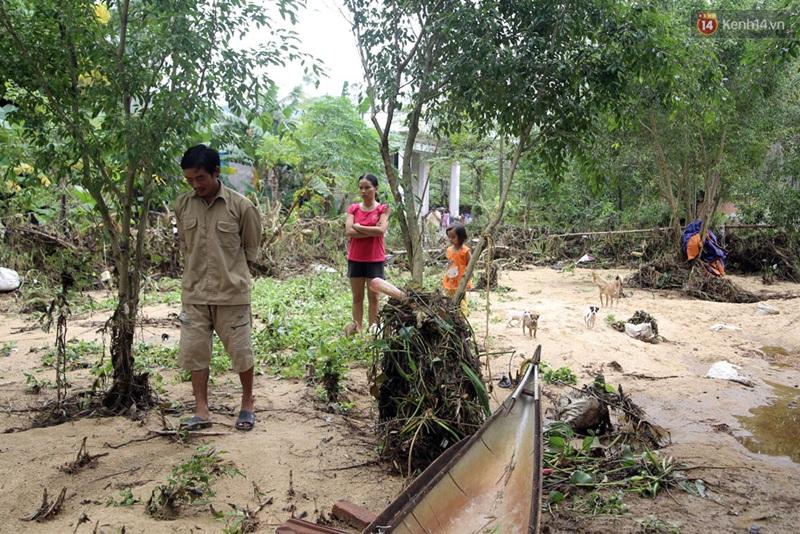 Hình ảnh lay động mùa lũ: Các chiến sĩ PCCC tranh thủ ăn mì tôm lấy sức cứu trợ đồng bào miền Trung