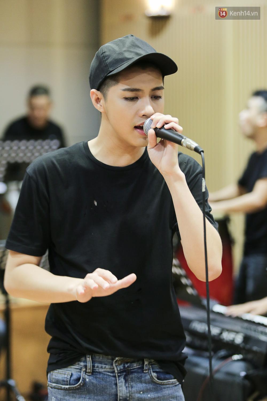 Noo Phước Thịnh căng thẳng tập luyện cùng ban nhạc cho Live Concert hoành tráng