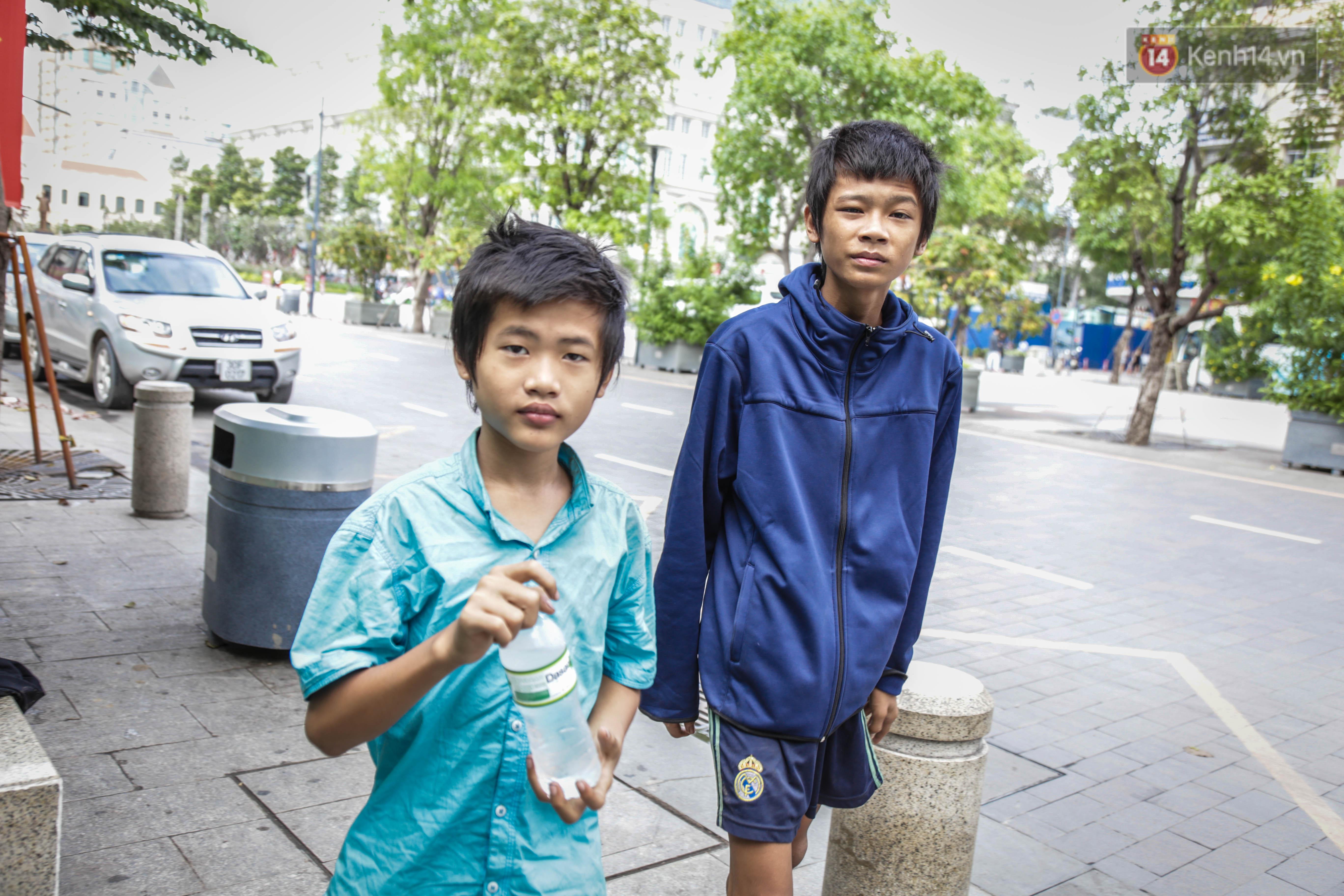 Hai anh em cho biết, bữa cơm 5.000 đồng là đủ để hai đứa trẻ sống cả ngày.