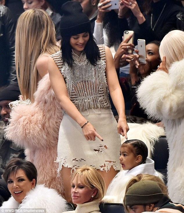 Tặng gì không tặng, Kylie Jenner lại tặng nguyên bộ son môi cho mấy đứa cháu mới lên 3! - Ảnh 5.