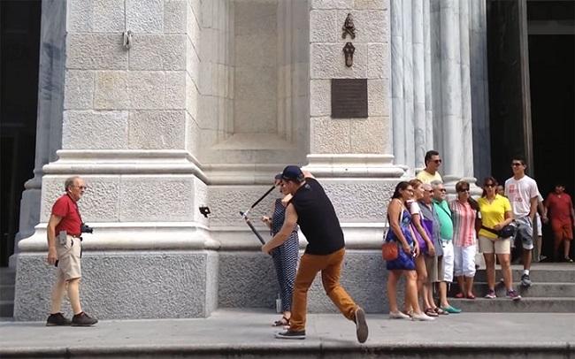 Ghét gậy tự sướng, anh chàng này đi khắp New York đốn hạ hàng loạt gậy của khách du lịch - Ảnh 6.
