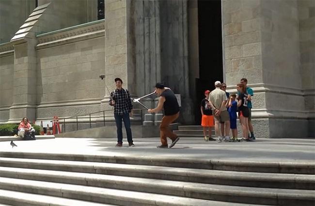 Ghét gậy tự sướng, anh chàng này đi khắp New York đốn hạ hàng loạt gậy của khách du lịch - Ảnh 5.