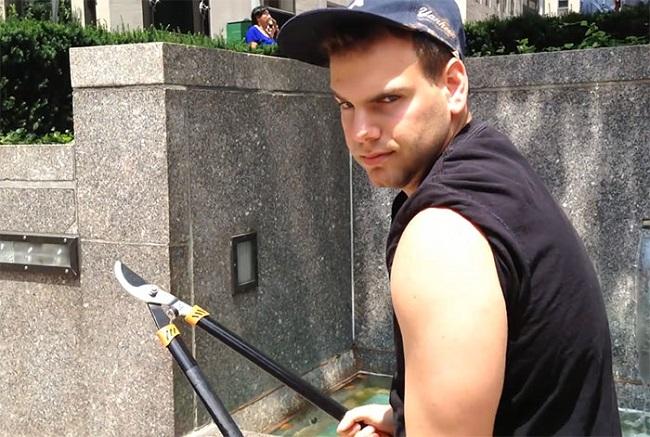 Ghét gậy tự sướng, anh chàng này đi khắp New York đốn hạ hàng loạt gậy của khách du lịch - Ảnh 2.
