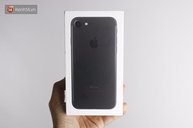 Cận cảnh iPhone 7 bản chính thức đầu tiên tại Việt Nam - Ảnh 1.