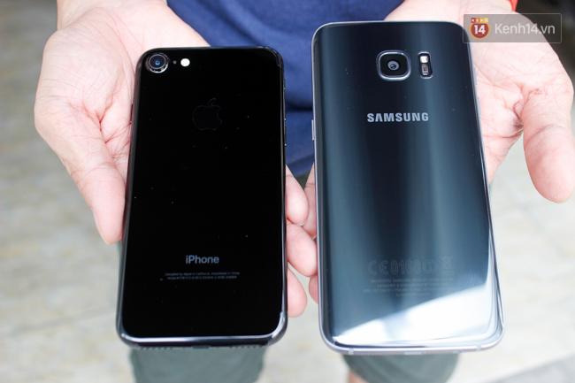iPhone 7 có màu đen bóng, Galaxy S7 edge mới cũng có, hãy thử đọ dáng xem ai đẹp hơn - Ảnh 2.