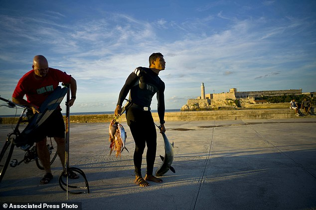 Trào lưu câu cá bằng bao cao su ở Cuba - Ảnh 7.