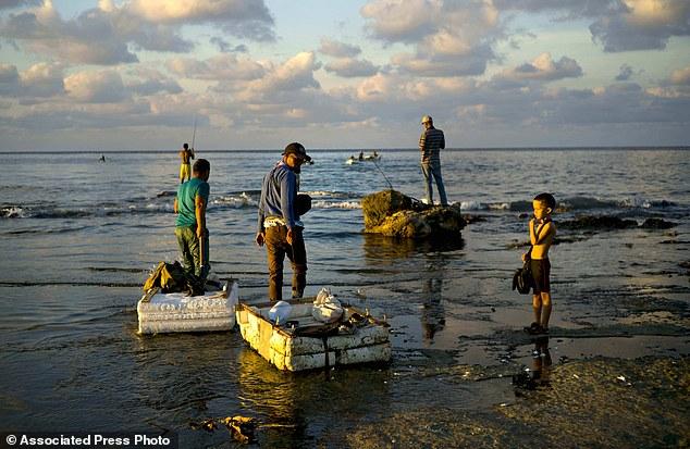 Trào lưu câu cá bằng bao cao su ở Cuba - Ảnh 8.