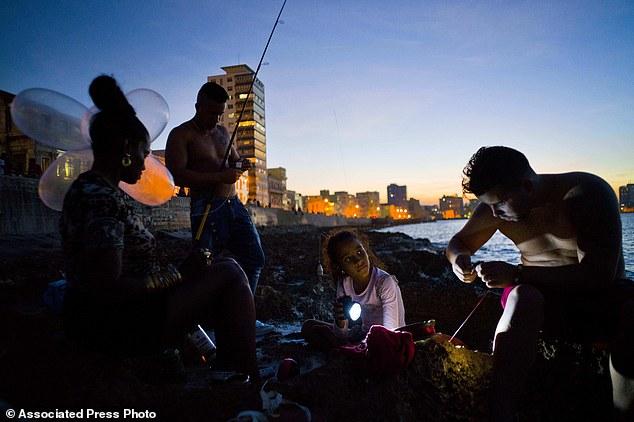 Trào lưu câu cá bằng bao cao su ở Cuba - Ảnh 10.