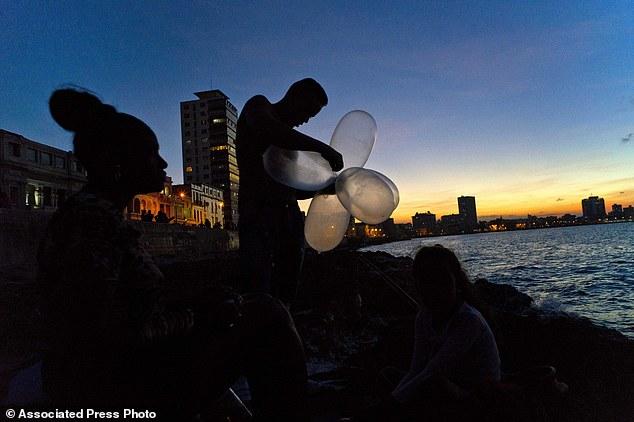 Trào lưu câu cá bằng bao cao su ở Cuba - Ảnh 1.