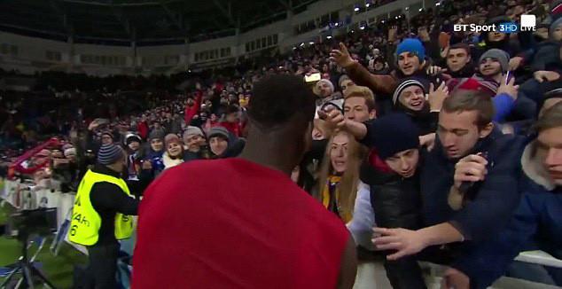 Pogba cởi áo ném tặng, fan nữ cảm động phát khóc - Ảnh 3.