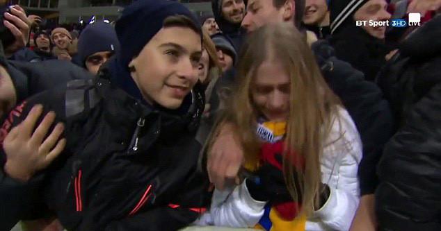 Pogba cởi áo ném tặng, fan nữ cảm động phát khóc - Ảnh 4.