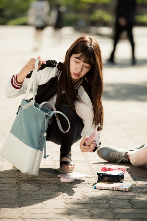 Park Shin Hye có làm bác sĩ cũng không quên mặc đáng yêu trong phim mới - Ảnh 3.