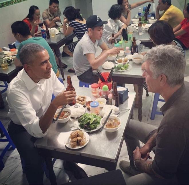 Từ bánh mì Hội An đến bún chả Hà Nội, người đàn ông ngồi cùng bàn Obama đã phải lòng Việt Nam theo cách đó... - Ảnh 1.