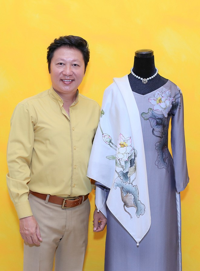 Việt Nam gửi áo dài hoa sen cho phu nhân Tổng thống Obama - Ảnh 1.