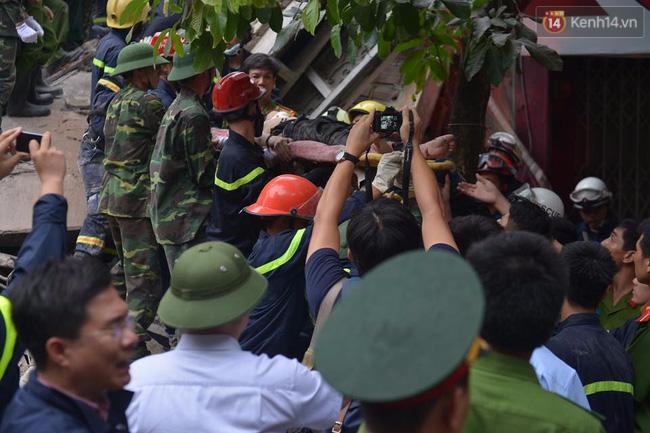 Hà Nội: Sập nhà 4 tầng giữa phố Cửa Bắc, đang giải cứu những người mắc kẹt - Ảnh 1.