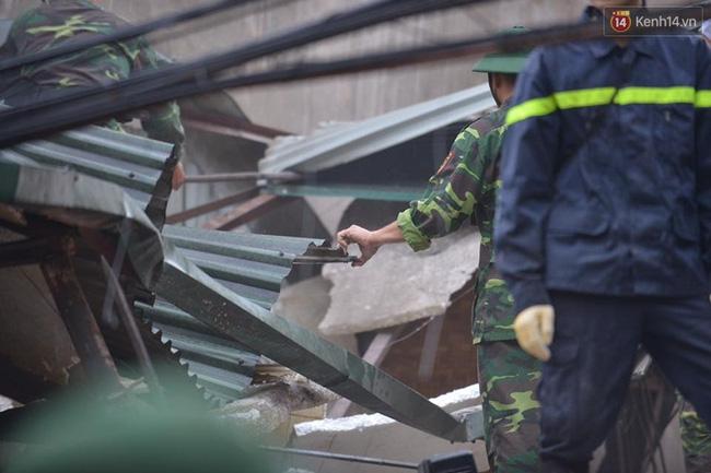 Hà Nội: Sập nhà 4 tầng giữa phố Cửa Bắc, đang giải cứu những người mắc kẹt - Ảnh 3.