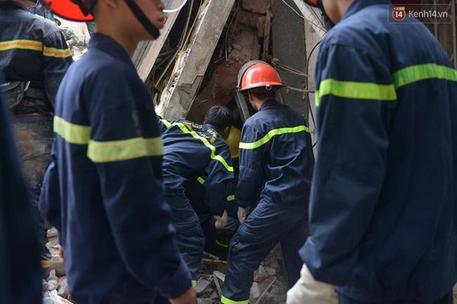 Hà Nội: Sập nhà 4 tầng giữa phố Cửa Bắc, đang giải cứu những người mắc kẹt - Ảnh 6.