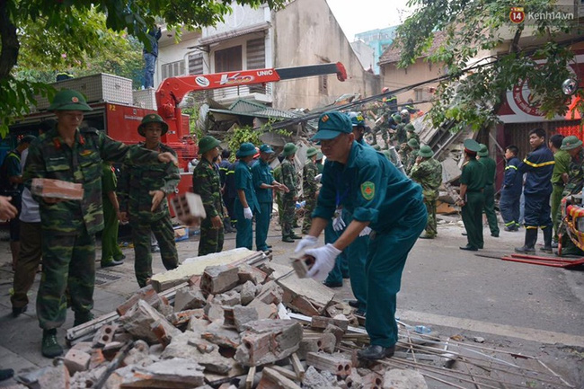 Hà Nội: Sập nhà 4 tầng giữa phố Cửa Bắc, đang giải cứu những người mắc kẹt - Ảnh 9.