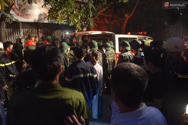 Hà Nội: Sập nhà 4 tầng giữa phố Cửa Bắc, đang giải cứu những người mắc kẹt - Ảnh 12.