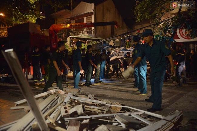 Hà Nội: Sập nhà 4 tầng giữa phố Cửa Bắc, đang giải cứu những người mắc kẹt - Ảnh 17.