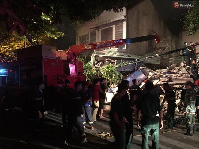 Hà Nội: Sập nhà 4 tầng giữa phố Cửa Bắc, đang giải cứu những người mắc kẹt - Ảnh 21.