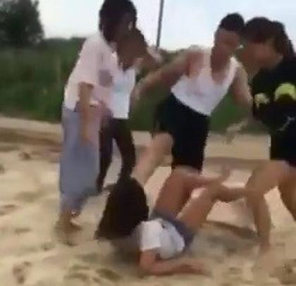 Bị đánh hội đồng dã man, nữ sinh 14 tuổi khóc lóc xin tha - Ảnh 1.