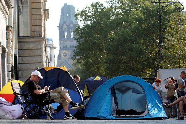 Đến hẹn lại... mua, nhiều người đã bắt đầu dựng lều chờ đợi iPhone mới