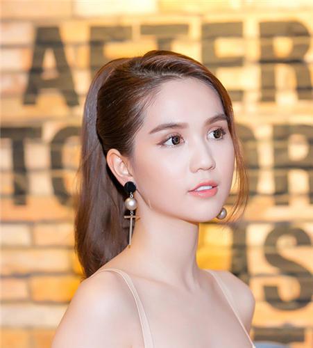Trang Sina danh tiếng Trung Quốc hết lời khen Ngọc Trinh: Khuôn mặt ngọt ngào, thuần khiết giống Angela Baby - Ảnh 1.