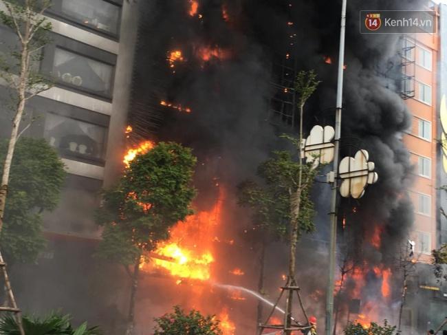 Vụ cháy xảy ra tại 3 quán karaoke và 1 nhà hàng trên đường Trần Thái Tông, quận Cầu Giấy, Hà Nội khiến 13 người tử vong.