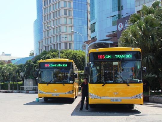Bị xe buýt lảng tránh, người khuyết tật nén đau, đi xe ôm - Ảnh 1.
