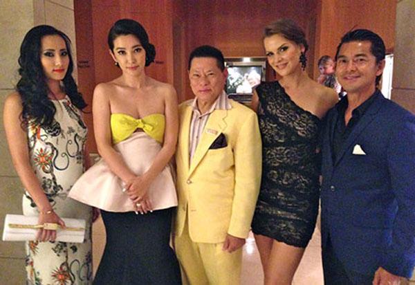 Ông Hoàng Kiều chụp ảnh cùng Lý Băng Băng trong buổi tiệc Hoa hậu Thế Giới.