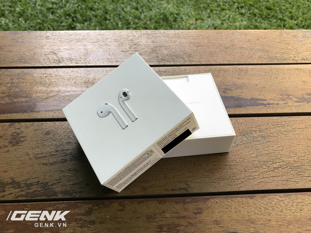 Trên tay AirPods, tai nghe không dây nhiều tai tiếng của Apple vừa xuất hiện tại Việt Nam - Ảnh 2.