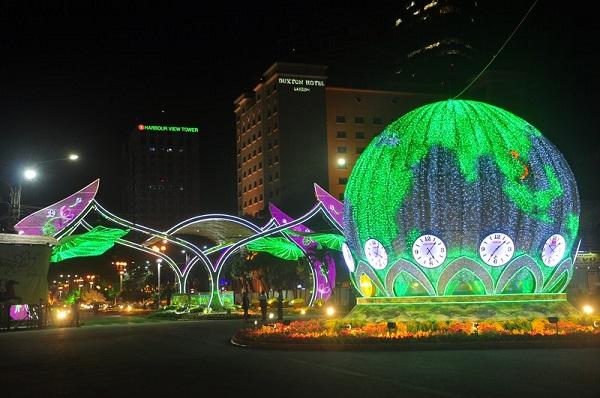Sài Gòn đã thay đổi cách trang trí đường phố dịp Tết như thế nào trong 5 năm qua? - Ảnh 6.