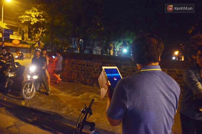 Chùm ảnh: Gần nửa đêm vẫn tắc đường vì người người đổ xô đi săn Pokemon - Ảnh 10.