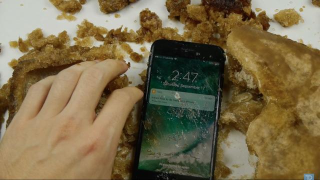 Ngâm nước là chuyện nhỏ, iPhone 7 còn có thể lặn trong Coca Cola tận 17 tiếng - Ảnh 4.
