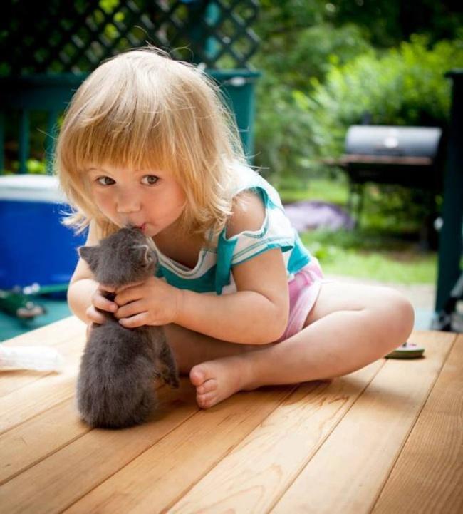 22 tình bạn đáng ngưỡng mộ của trẻ con và thú cưng - Ảnh 9.