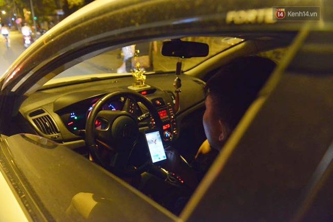Chùm ảnh: Gần nửa đêm vẫn tắc đường vì người người đổ xô đi săn Pokemon - Ảnh 13.