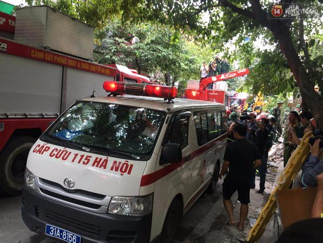 Hà Nội: Sập nhà 4 tầng giữa phố Cửa Bắc, đang giải cứu những người mắc kẹt - Ảnh 2.